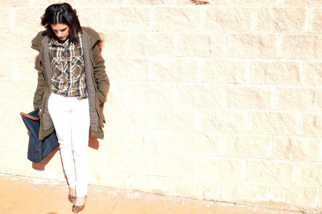 Look casual chic con skinny jeans blancos de Stradivarius, camisa de cuadros kaki de Zara SS15, tacones marrones de Adolfo Domínguez y bolso azul de Zara de otras temporadas.