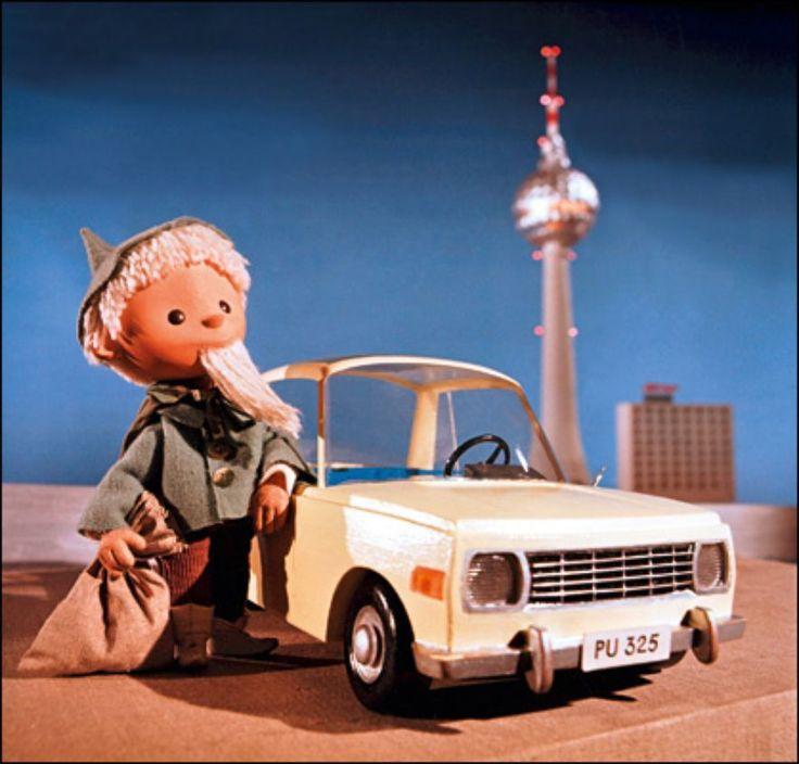 Zum 20. Jahrestag der DDR chauffierte das Sandmännchen den nicht mehr brandneuen Wartburg 353 durch Berlin. Der 45-PS-Wagen erlebte in nahezu unveränderter Form das Ende der DDR. Auch in dieser Folge präsentierte das Sandmännchen den Kindern eine andere tolle Neuigkeit: den gerade fertiggestellten Fernsehturm auf dem Alexanderplatz. © Telepool GmbH
