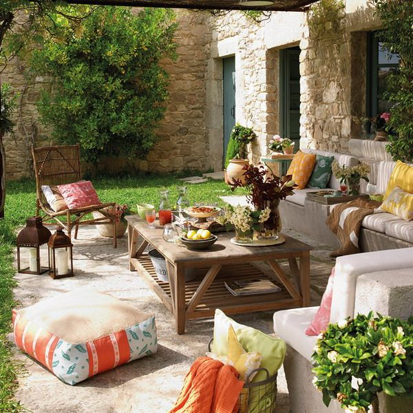 A great set up for patio furniture!  2 Decor Ideas for Terraces with White Furniture