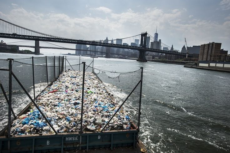 Μια απορριμματοφόρος φορτηγίδα μεταφέρει πλαστικά από το Μπρονξ και μέρος του Κουηνς σε ένα εργοστάσιο ανακύκλωσης στο Μπρούκλιν. ©️Kadir Van Lohuizen