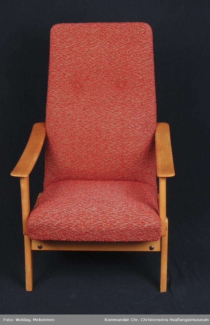 """Regulerbar lenestol, med høy rygg. Rødt """"nuppet"""" stoltrekk, lyst treverk i armlener og ben."""