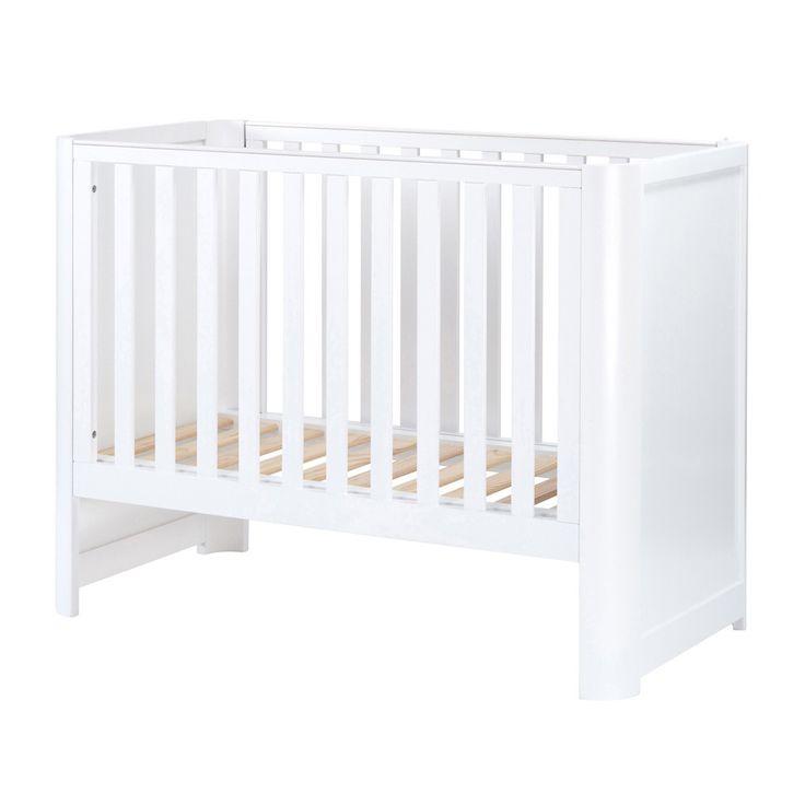 Allure raffinée, bords arrondis, à la fois classique et moderne, le lit bébé évolutif 60x120 cm de la collection Avon de Natalys s'intègre aisément à tout type de chambre d'enfant. Dès sa naissance, installez votre bébé dans ce lit conçu pour s'adapter à son évolution. Vous apprécierez notamment : - le sommier à lattes réglable sur trois positions : la plus haute à la naissance de bébé et la plus basse quand il est plus grand ;- les rails de protection dentaire sur les deux montants du lit…