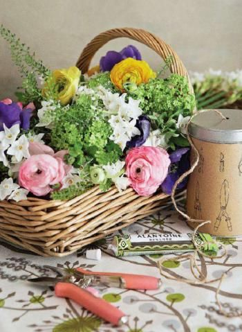 cut flowersCountry Styl Utility, Country Living, Room Ideas, Gardens, Utility Room, Flower Decor, Baskets Full, Rustic Accessories, Cut Flower