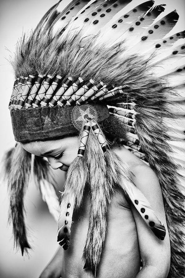 Grande coiffe indienne (photo noir et blanc)