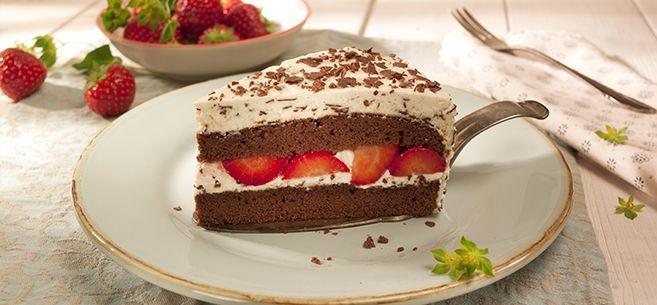 Rezept für Stracciatella-Torte: 1. Backofen auf 200 °C vorheizen. Eier trennen. Eiweiß mit 5 EL kaltem Wasser steif schlagen. 60 g Zucker nach und nach einrieseln lassen und weiter schlagen, bis der Eischnee leicht glänzt. Eigelb mit übrigem Zucker und Salz dickcremig rühren. Mehl, Stärke, Backpulver und Kakao mischen und darüber sieben. Mit 1/3 vom Eischnee unterheben. Übrigen Eischnee in 2 Portionen locker unterheben. Teig in eine am Boden mit Backpapier belegte Springform (26 cm Durch...