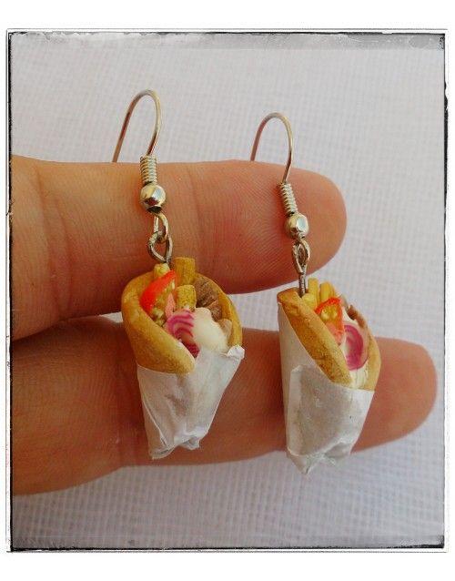 Χειροποίητα σκουλαρίκια σουβλάκια , φτιαγμένα από πολυμερικό πηλό .