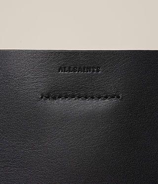 BOLSO PEARL TASSEL HOBOElaborado en piel de becerro para un acabado limpio y suave, con un detalle de lengüeta al lado y punto trenzado en los bordes.Asa única, cuatro bases protectoras.Revestido con resina, bolsa removible con cremallera y bolsillo con compartimentos en el interior, cierre superior magnético.MEDIDAS:Altura: 36 cmAnchura: 34 cmProfundidad: 14 cmMÁS ESTILOS:Descubre nuestra gama completa de bolsos 'tote' aquí.100% piel de becerro con revestimiento de resina.