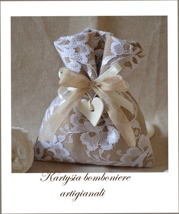 """Un sacchetto """" pizzettoso """" per un matrimonio elegante e romantico, impreziosito da dettagli vintage."""