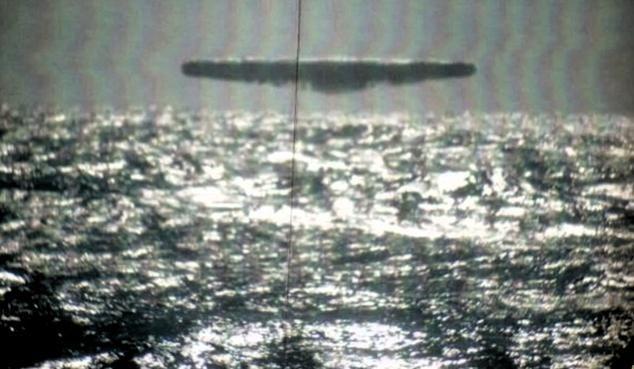 Sichtung des UFOs durch die USS Trepang SSN 674 im März 1971. Das Objekt aus größerer Entfernung in Längs-Ansicht.