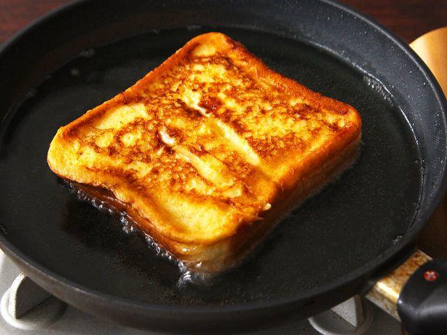 食通のためのグルメメディアdressing「dressing編集部」の記事「家で作ったとは思えないおいしさ!「フレンチトースト」がひと手間で劇的においしくなる、絶品アレンジ3選」です。