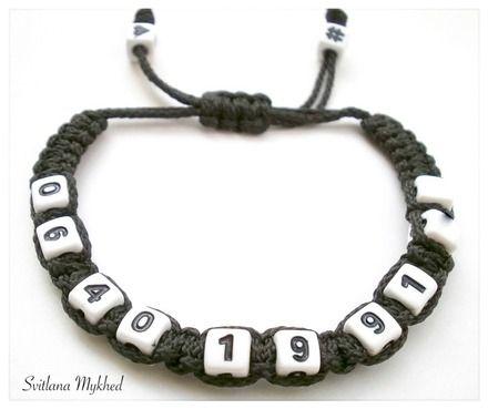 Bracelet de sécurité (réversible) personnalisé avec numéro de téléphone. Style shamballa (cubes Noirs Acryliques 7x7mm. ) sur fil synthétique.  Fermeture coulissante. Con - 18587757