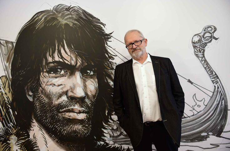 Le dessinateur Grzegorz Rosinski pose à côté devant un dessin représentant Thorgal,le héros qu'il a créé, à l'occasion de l'exposition «L'Univers de Thorgal» au musée de la BD de Bruxelles, le 24 mars 2015.