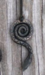 käärmekoru (ja muutkin käsin taotut tuotteet puukoista arkunnauloihin)