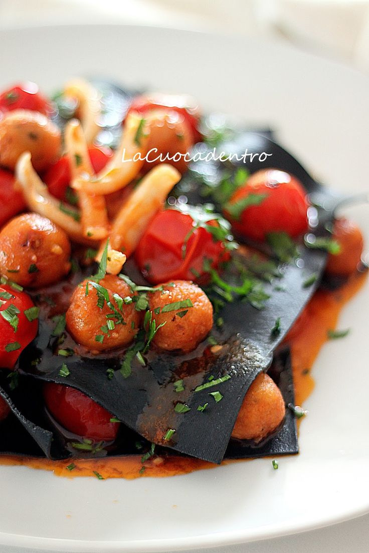 Lasagne aperte di impasto nero al sugo di seppie
