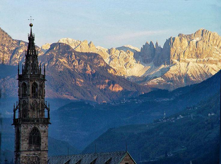 Bom dia! Eis o Rosengarten / Catinaccio: um dos mais famosos grupos de montanhas das Dolomitas e fundo pitoresco da cidade de Bolzano.  #dolomitas #italia #guia #viajar #viagens #travel