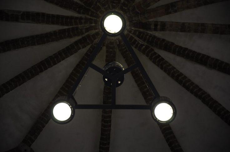 Kościół św. Jana w Gdańsku - industrialne oprawy oświetleniowe.