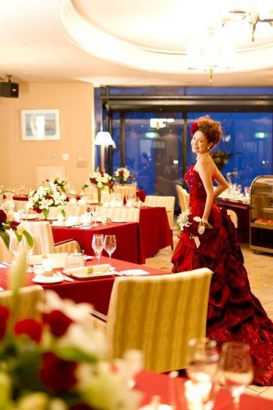 和装からのお色直しはエレガントな真紅のドレス♪