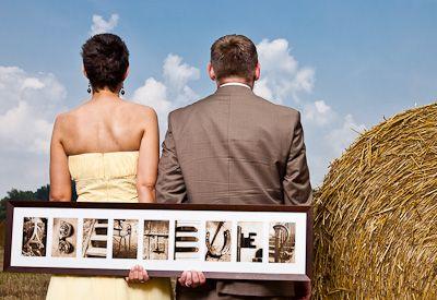 """Brautpaar mit Hochzeitsgeschenk """"ABENTEUER"""" aus Alphabet Fotos von alphabetario®"""