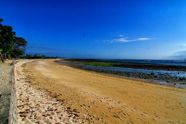 Pantai Lakey merupakan salah satu surganya umat peselancar yang berlokasi di Kecamatan Hu'u, Kabupaten Dompu, Nusa Tenggara Barat. Pantai ini memiliki ombak yang terbilang stabil sepanjang tahun. Banyak para wisatawan mancanegara khususnya peselancar yang jauh-jauh datang kesini. Di sini lah anda akan menemui istilah ombak kidal.