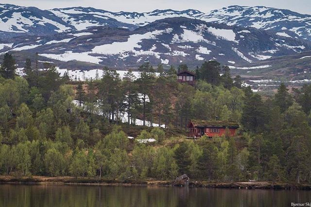 My cabin in may 2016. My friend Rune with the cabin on the hill. Soon i will be there with open water again. #fluebinding #fluefiske #flyfishing #flytying #meldal #trøndelag #visitnorway #utpåturaldrisur #ltsmoments