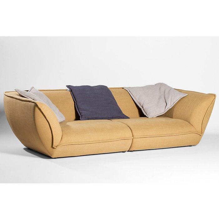 De Speed sofa, dat is de complete lounge ervaring dankzij het diepe zitvlak en de brede leuningen. Maak uw keuze tussen 17 luxueuze stoffen aan zachte prijzen!