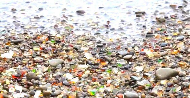 Der aus Müll entstandene Glass Beach, ein bunter Glasstrand in Kalifornien, ist eine beliebte Sehenswürdigkeit - ein wunderschönes Farbenspiel Millionen kleiner Glassteine