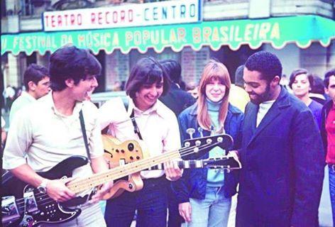 """Os Mutantes e Gilberto Gil chegam ao Teatro da TV Record para a apresentação de """"Domingo no Parque"""" no palco do Festival Internacional da Canção, em 1967.  Veja mais em: http://semioticas1.blogspot.com.br/2012/02/ovelha-negra.html"""