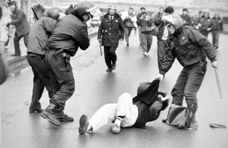 """1 Mayıs 1991 - Taksim Parkı'nın merdivenlerine çıkan bir kadın ve iki erkek eylemci; """"Yaşasın 1 Mayıs"""" yazılı pankart açtı. Eylemciler gözaltına alındı. Siyah beyaz fotoğraflar Cumhuriyet gazetesi, renkliler Evrensel arşivinden"""