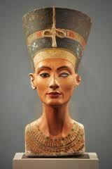 Busto della regina Nefertiti, ca 1340 a.C. Pietra calcarea a tutto tondo dipinta, altezza 50 centimetri. Da Tell el-Amarna. Berlino, Neuses, Museum.