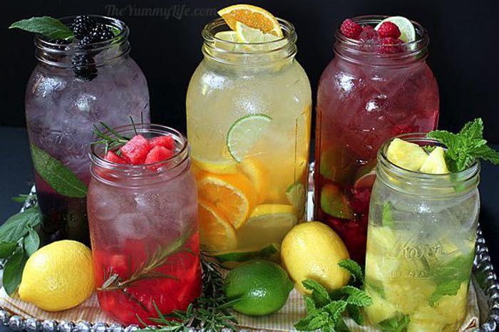 Dajte zbohom presladeným džúsom a nápojom! Pripravte si jednoduché a svieže nápoje, ktoré môžete kedykoľvek vybrať z chladničky, osviežiť sa a doplniť pitný režim.