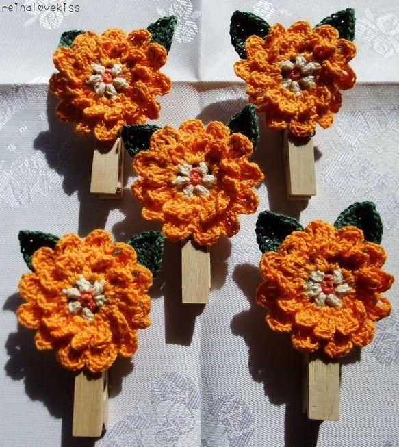 キンセンカをイメージして作成しました。木のクリップにつけてあります★【素材】糸:綿100%木のクリップ:7.5センチ【サイズ】花本体(葉も含む):縦6センチ&...|ハンドメイド、手作り、手仕事品の通販・販売・購入ならCreema。