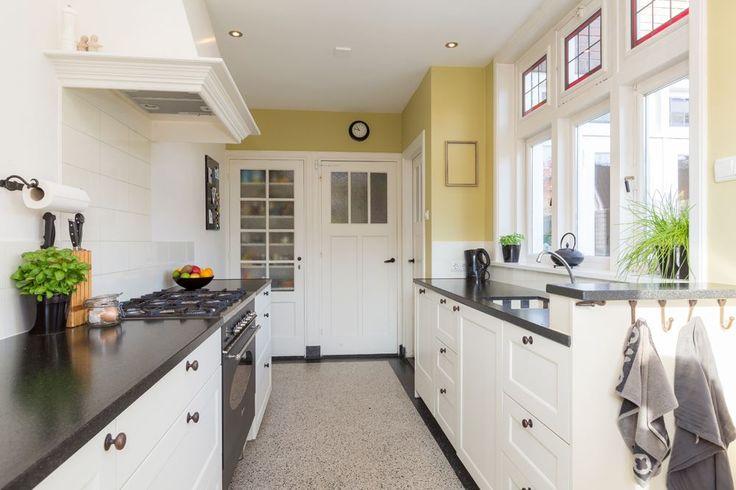 Jaren30woningen.nl   Keuken in jaren 30 stijl met #terrazzo vloer