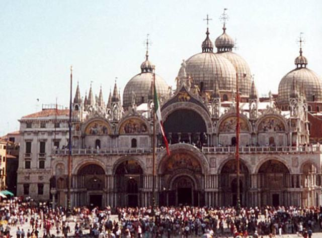 Visit Venice, Italy, on a budget without spending extra money by finding the best free things to do on your vacation.
