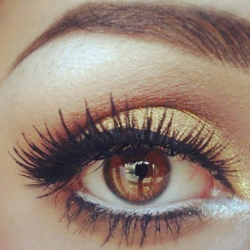 Eyeliner that follows the shape of the eye, illuminating shadow, and accent lashes.