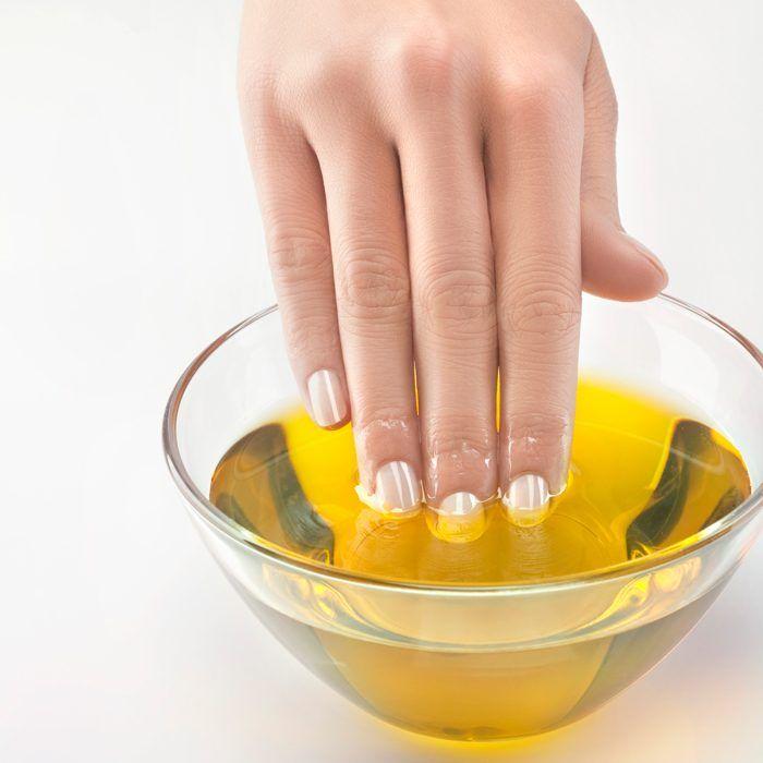 Uñas remojadas en aceite de almendras para hidratar tus cutículas y no tener padrastros