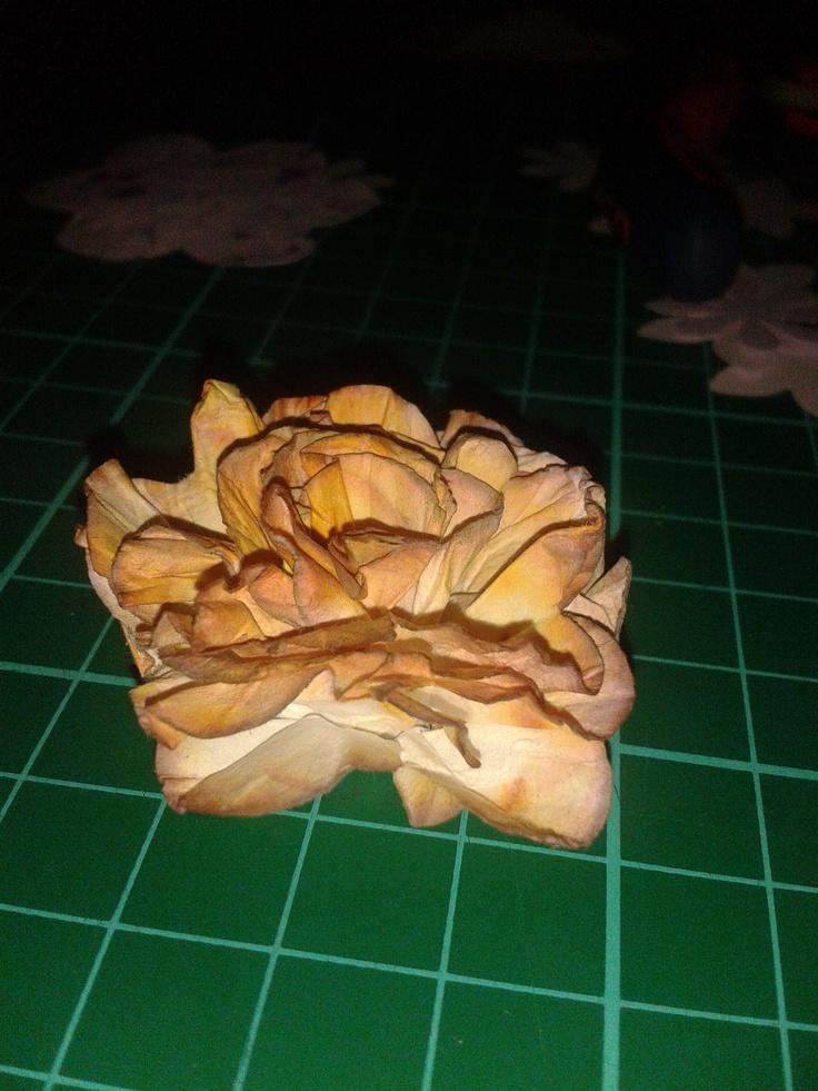 Ritagli di carta trasformati in fiorellini