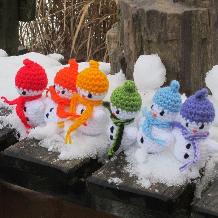 Sněhuláci+duháčci+Háčkovaní+sněhuláci+mají+kolem+krku+volně+omotanou+šálu+a+na+čepičce+poutko+k+zavěšení.+Uháčkovaní+jsou+z+akrylové+příze+a+výška+je+cca+11+cm.+Lze+prát+na+30°C,+vhodněji+ve+vlažné+vodě+ručně.+Cena+je+za+jeden+kus,+prosím+napište+k+objednávce+o+jakého+máte+zájem+:D++Na+přání+lze+udělat+i+jiné+barvičky
