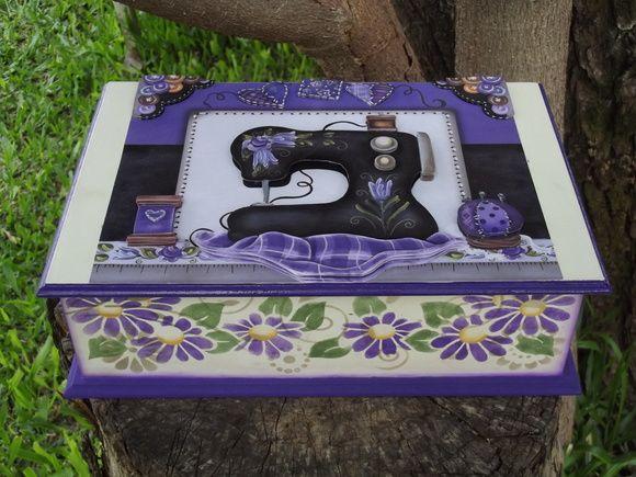 Caixa de costura em arte 3D, com figura toda em alto relevo. Toda pintada à mão. Com duas bandejas internas, lugar para linhas, agulhas, etc.... R$ 80,00