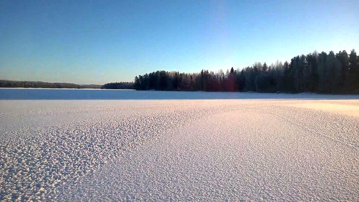 Kaunis aurinkoinen päivä Kuoreveden jäällä.