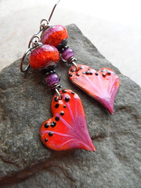 WOW! Schönen handwerklich gefertigte emailliertem Kupfer Charme, die Schmetterlingsflügel ähneln, sind perfekt gepaart mit handwerklich gefertigte Glasperlen und Rondelles. Aus massivem oxidiertes Sterling Silber Ohrhaken ausgesetzt, Messen Sie diese tolle Ohrringe ca. 2 1/2 von oben KlappBrisur. One-of-a-Kind schöne