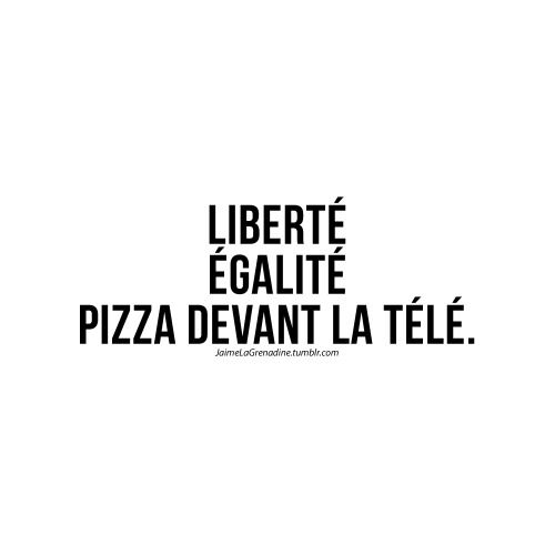Liberté Égalité Pizza devant la télé -...