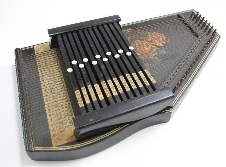 Lote 4558 - CÍTARA - Instrumento musical antigo, com cordas da familia da Harpa, com caixa de ressonância, originária dos Alpes Austríacos e Bávaros