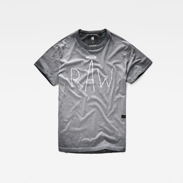 タフな印象と遊び心をミックスさせたソフトなジャージーTシャツ。オーバーダイ仕上げのタフなざらついた生地に、殴り書き風の楽しいグラフィックを組み合わせています。裾が曲線になったデザインとリラックスフィットで、のんびりした印象の仕上がり。