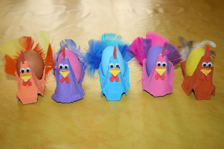 Voici nos poules de paques fabriquées avec des angles de boîte à oeufs peints. Nous leurs avons ensuite ajouté une crête, un bec,...