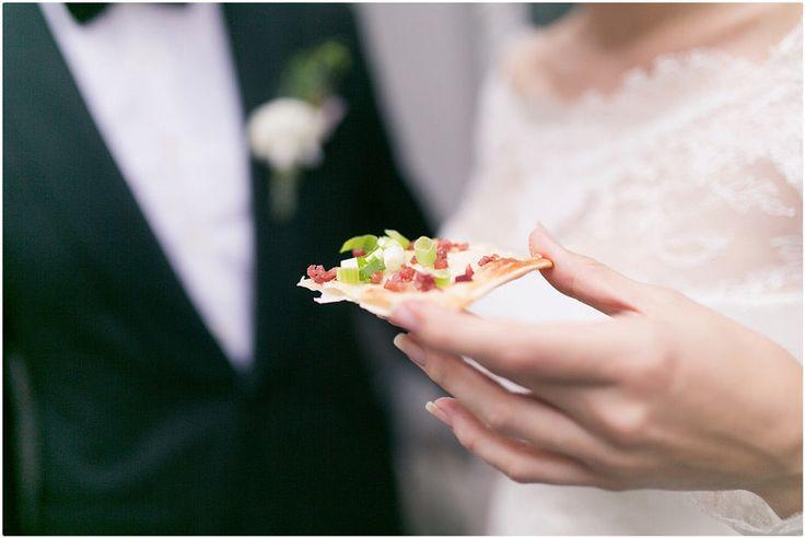 Hochzeitsfeier im Restaurant petite affaire in Ratingen, Brautpaarshooting, schwarzer Anzug, schwarze Fliege, Brautkleid, Blumenkranz, Braut, Flaumkuchen, Foto: Violeta Pelivan