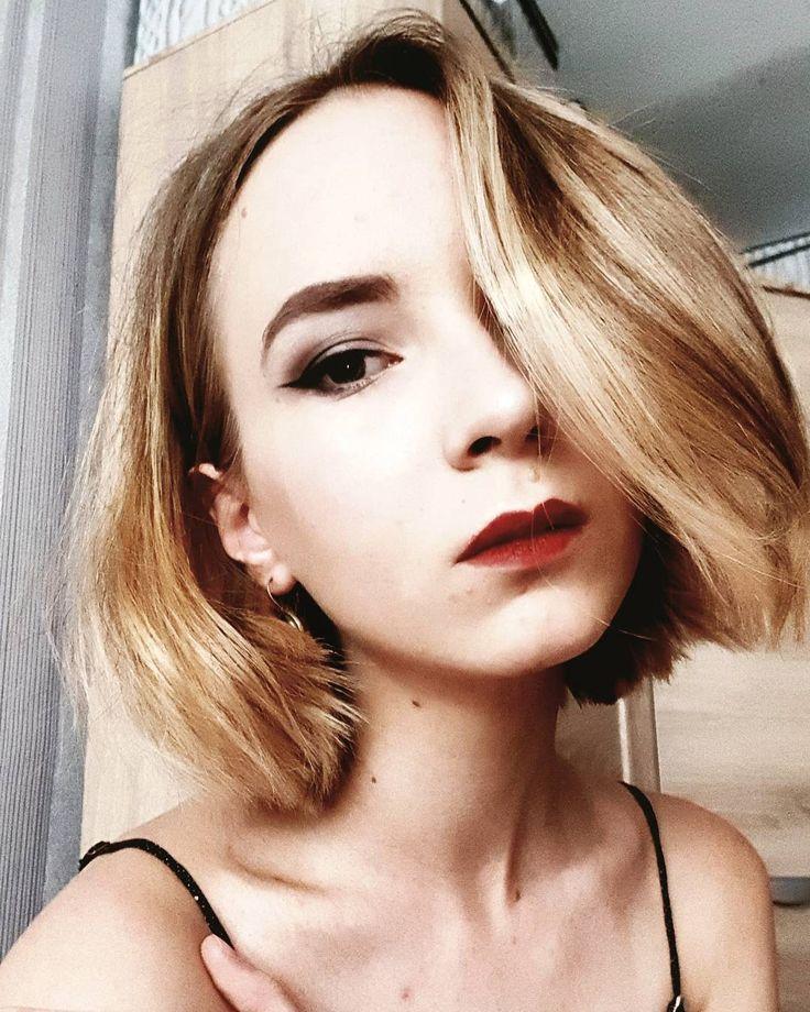 Образ 4-х летней давности.Любовь ко всему черному и чтобы губы выделялись...ах да,крашенные яркие волосы,как же без них. Метальчик,рок,никакой попсы.Как можно больше мрака и загадочности. (С переделкой) #я #портрет #глаза #инстафото #макияж #мода #стиль #косметика #selfie #me  #instagood #instaselfie #selfietime #instalike #face #portrait #eyes #makeup #instamakeup #cosmetic #fashion #eyeshadow #eyes #eyebrows #beautiful http://ameritrustshield.com/ipost/1548481806323833436/?code=BV9T_-nFlpc