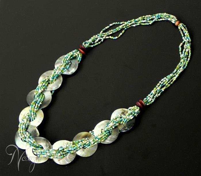 Necklace made with beeds and rings of nacar.  Collar de mostacillas, mostacillones con aros de Nacar