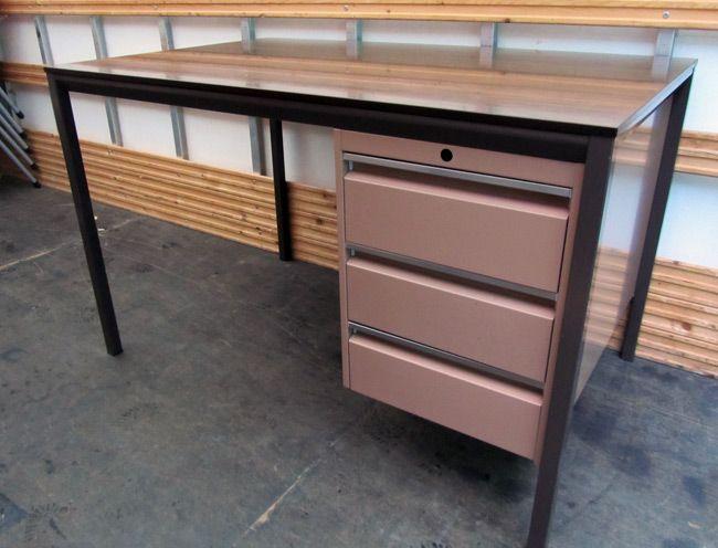 €150,- Retro metalen roze bureau