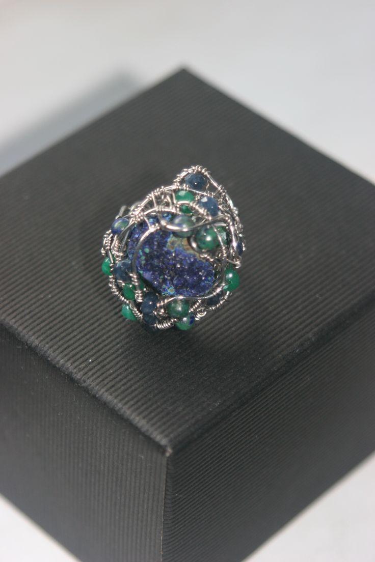 кольцо сплетено из ювелирной проволоки нихром, украшено природным минералом -азурмалахит, бусины из натуральных камней