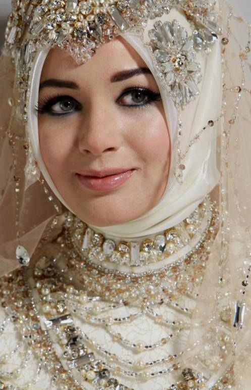 ♥ Bridal Hijab in nude colours adorned with pearls.